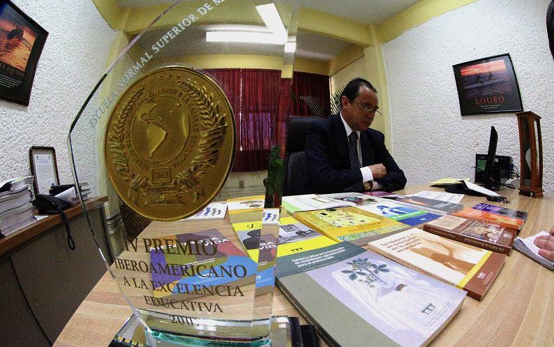 Presumen con el Premio Iberoamericano a la Excelencia Educativa que otorga el Consejo Iberoamericano en Honor a la Calidad Educativa del 2007