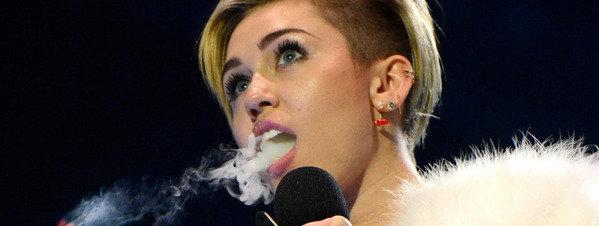 Miley-cyrus-fumandose-un-porro_54393969473_51351706917_600_226