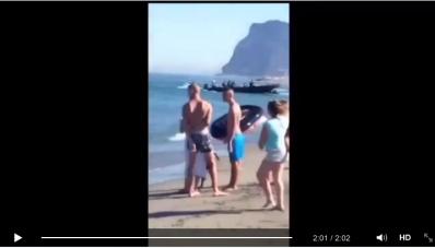 Narcotraficantes descargan a plena luz del día droga en playa de España