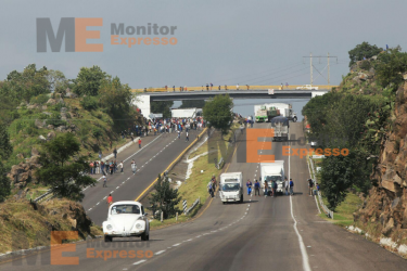 Tiripetío Michoacán Estudiantes secuestran pipa de gasolina y autobuses