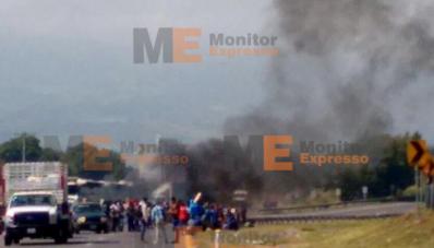 Estudiantes normalistas incendian carretera Tiripetío Michoacán