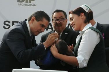 Silvano Aureoles Conejo con Carlos Aranza Doniz aplican primera vacuna