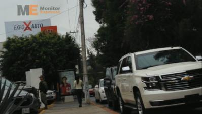 Sin placas y con escoltas circula ostentosa camioneta en Morelia