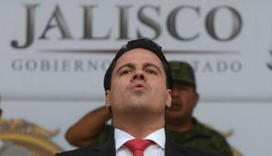 Gobernador de Jalisco se cae de motocicleta