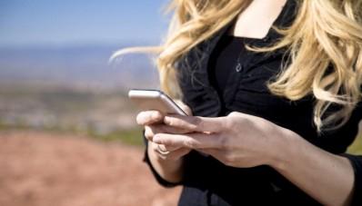 Prohíben uso de celular a mujeres solteras en la India