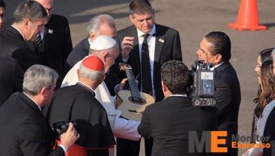 Silvano Aureoles obsequia guitarra al Papa Francisco