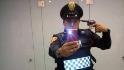 Policía de la CDMX suspendido por apuntarse con una pistola en selfie