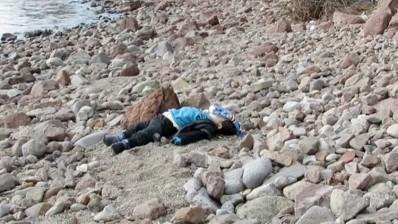 El cuerpo de un niño yace en una playa después de que un barco con inmigrantes se hundiera frente a la costa occidental de Turquía, en Ayvacik, en una imagen tomada de un video, el 30 de enero de 2016Reuters TVReuters