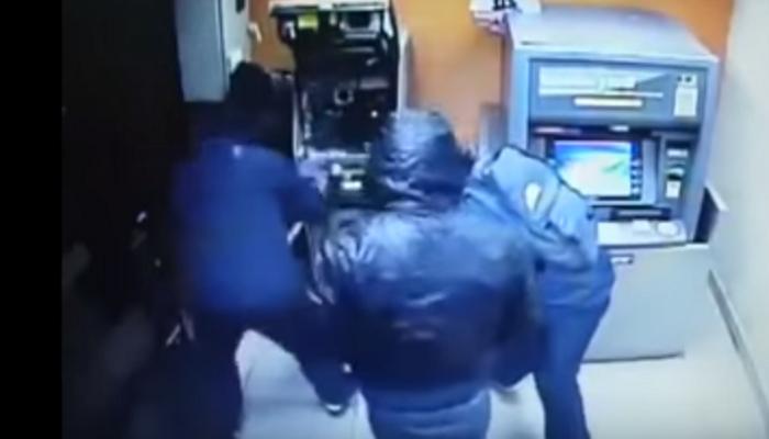 Ladrones roban cajero en menos de un minuto video for Ingresar dinero cajero abanca