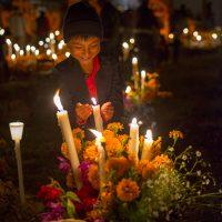 Analizan cierre total a recorridos por panteones de zona lacustre de Michoacán en Noche de Muertos
