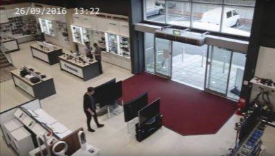 hombre-rompe-teles-en-tienda-departamental