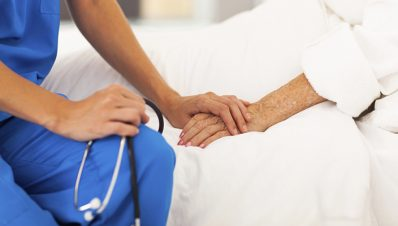 medico-con-paciente-eutanasia