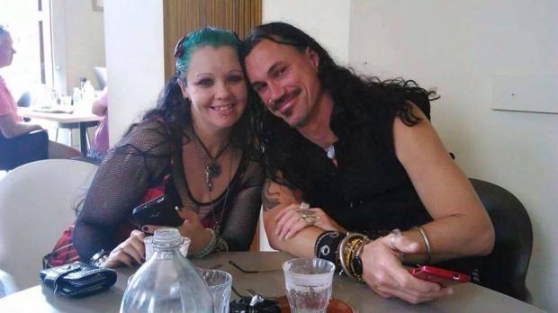 mujer-vampiro-con-su-novio