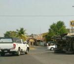 Choque de dos autos en Apatzingán