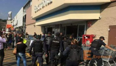 Desalojan a trabajadores de Walmart; reanudan labores