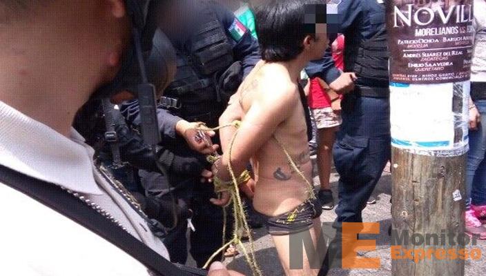 Desnudan y amarran a un hombre a un poste en Morelia Michoacán