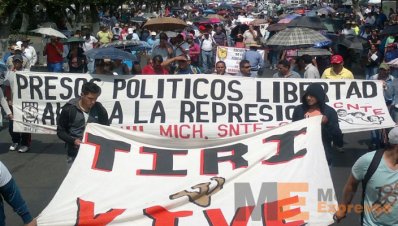 Marchan Normalistas y maestros en Morelia