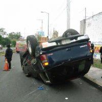 Vuelcan camioneta y la abandonan en el libramiento de Morelia Michoacán