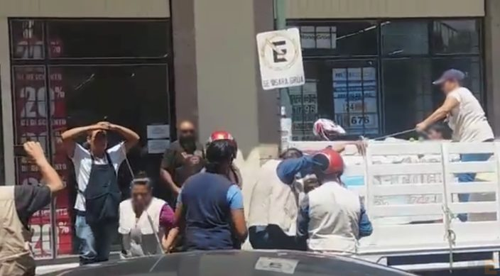 Inspectores de Morelia Michoacán retiran productos a vendedor ambulante (Video)