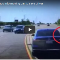 Héroe salta a auto en movimiento para rescatar a una persona que estaba teniendo una convulsión (Video)