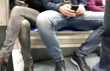 Hombre con las piernas abiertas