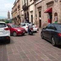 Denuncian automóviles estacionados en calles recién 'peatonalizadas' de Morelia Michoacán
