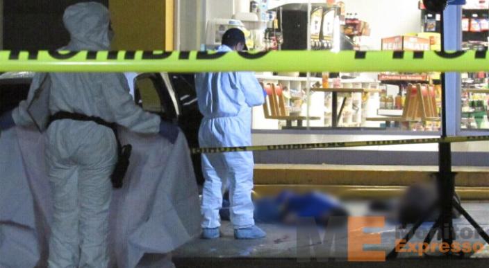 Matan a dos personas afuera de un Oxxo en Morelia