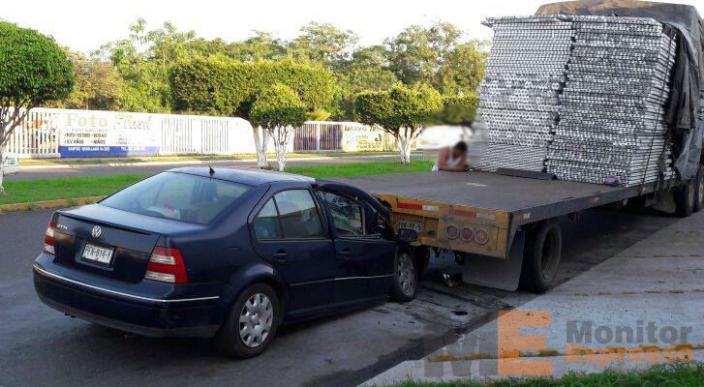 Automóvil queda incrustado en la parte trasera de un tráiler tras choque en Lázaro Cárdenas