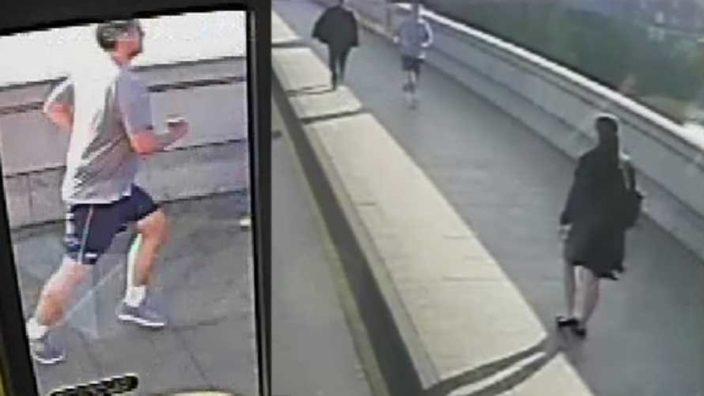 Corredor empuja a una mujer hacia un autobús en Londres