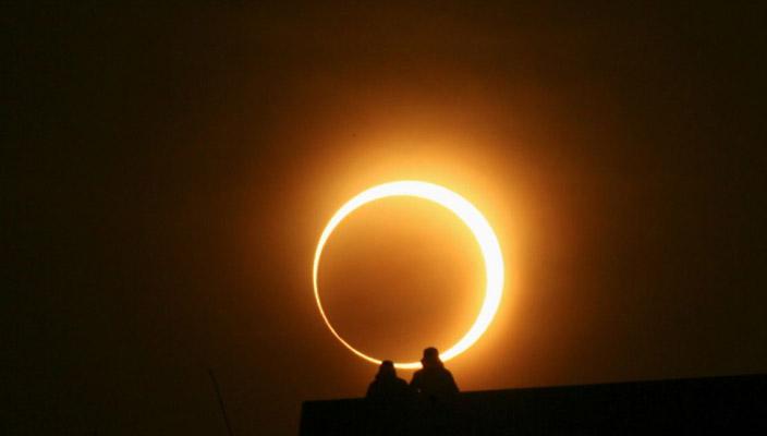 La EEI se recorta sobre el eclipse solar del siglo