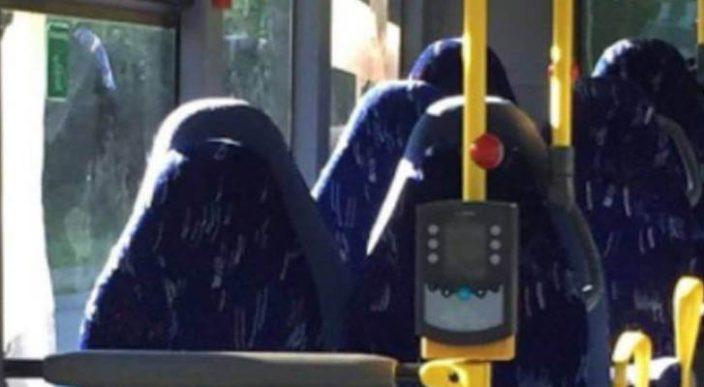 Confunden asientos de autobuses vacíos con mujeres con burka