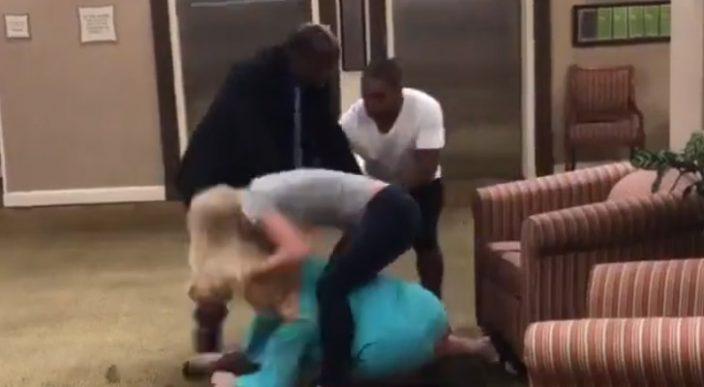 Mujer estadounidense defiende con golpes a unos haitianos de insultos racistas