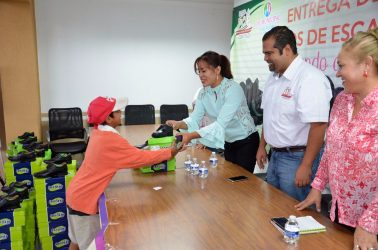 Presidente de Puruándiro entrega zapatos escolares