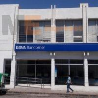 Por descuido, elemento militar accionó su arma dentro de un banco en Apatzingán causando pánico