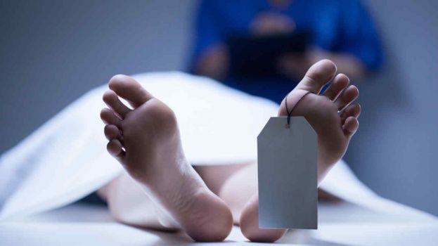 Es dado por muerto de una congestión alcohólica, despierta y se vuelve a ir a la fiesta