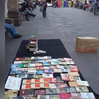 "Colectivo ""Libros Vagabundos"" denuncia desalojo del centro de Morelia por autoridades"