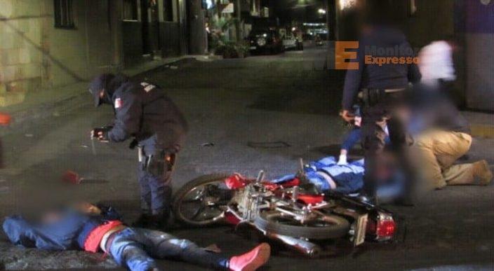 Auto arrolla a par de jóvenes en moto y huye en Jacona, Michoacán