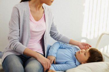 Madre cuidando a su hijo