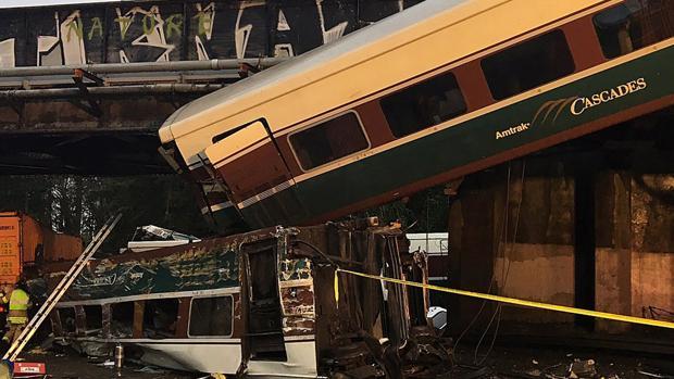 Seis muertos al descarrilar un tren