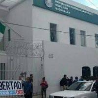 Se manifiestan profesores de la CNTE en la PGR de Michoacán