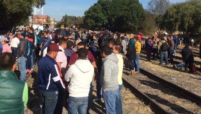 Detienen a 26 maestros por bloquear vías del tren en Michoacán