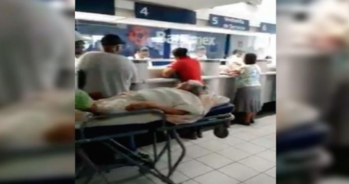 Anciana de Chiapas acude al banco a cobrar su pensión en camilla