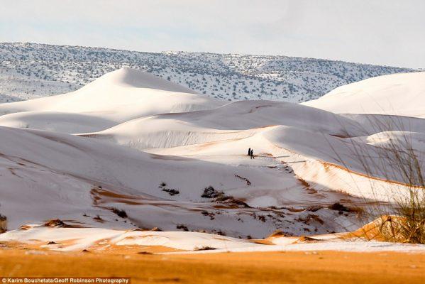 El desierto del Sahara se tiñe de blanco tras una histórica nevada