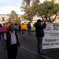 Trabajadores del ICATMI exigen pagos de aguinaldo y prestaciones en centro de Morelia
