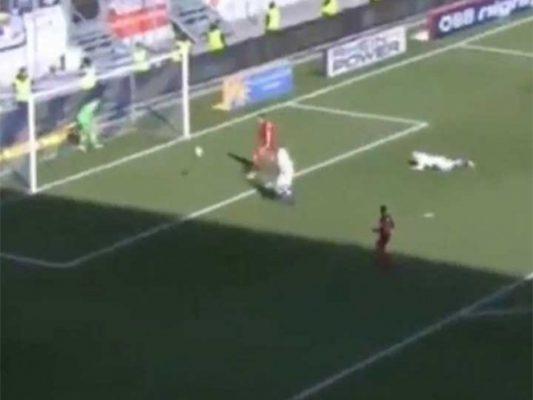 Portero alemán sale a tomar agua y le anotan gol (video)
