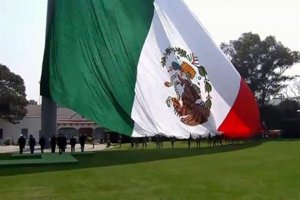 Izan bandera al revés en conmemoración que presidía EPN