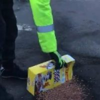 Bromista vierte cereal a bache como arreglo en Escocia se ha vuelto viral (Video)