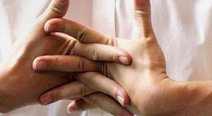 Un hombre casi muere por hacerse sonar todo el tiempo los dedos