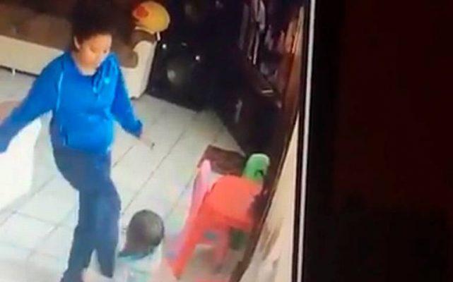 Imágenes sensibles: Niñera patea brutalmente a bebés