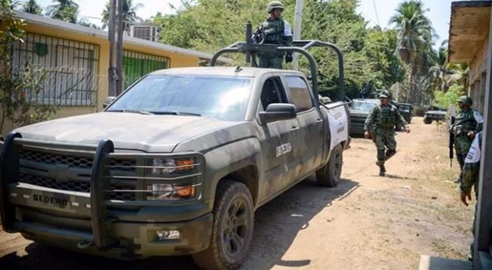 Sujetos armados asaltan 2 escuelas en Acapulco y rapan a mujeres